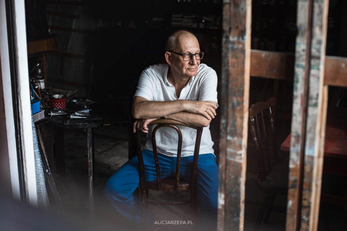 Romuald Oramus w swojej pracowni / sesja zdjęciowa / © Alicja Rzepa